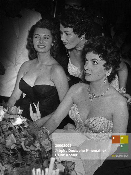 Sophia Loren Yvonne De Carlo Und Gina Lollobrigida Von Links Beim Filmball Im Pralat Schoneberg Wahrend Der Iv Interna Historical Photos Photo Historical