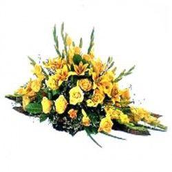 Un cuscino funebre in spugna con fiori misti di stagione.