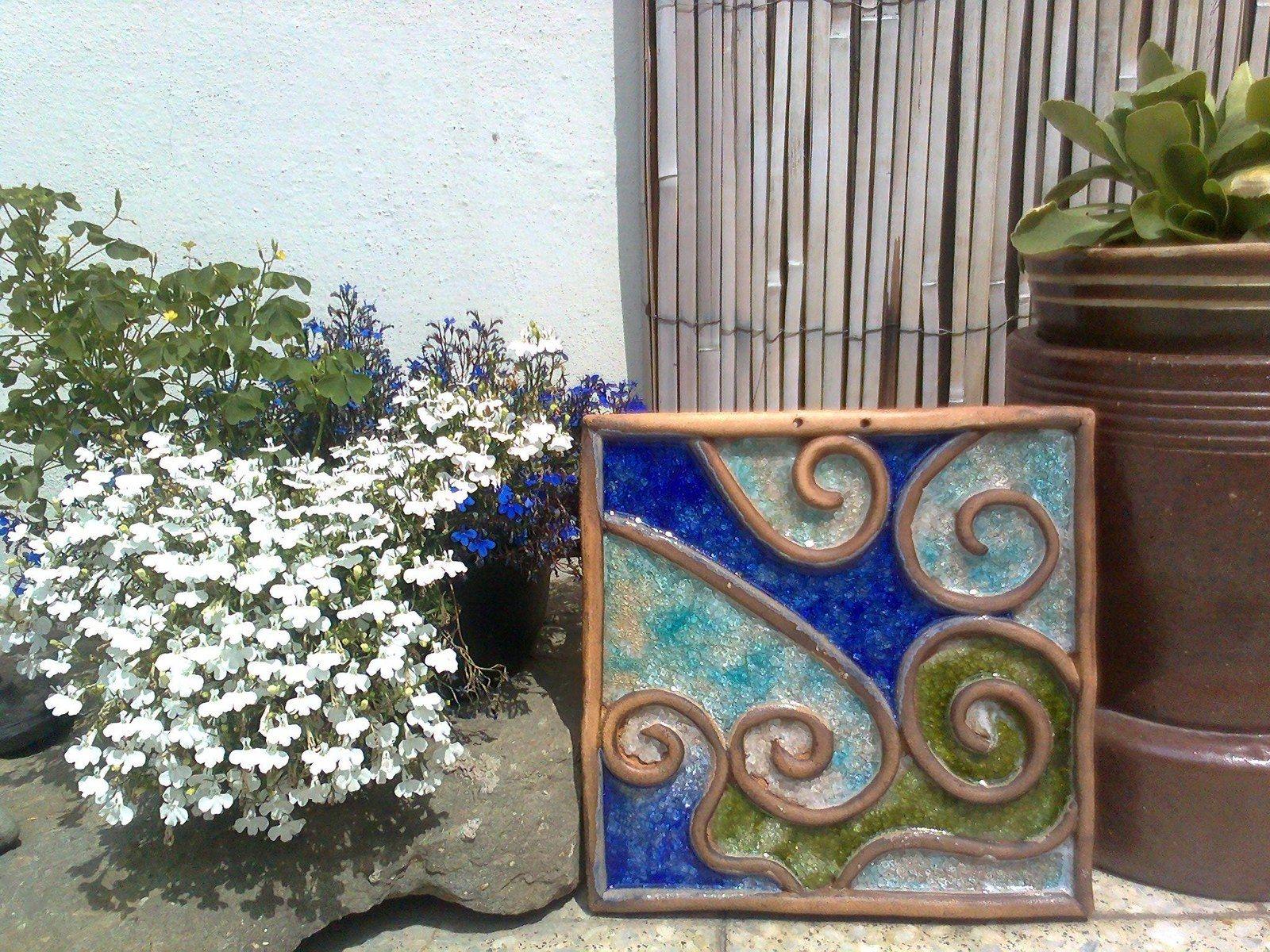 KACHEL VELKÝ LAGUNA Masivní kachel z jemné šamotky,patinované oxidy,rozměr 31x31cm,dírky na připevnění,zavěšení...Sypané barevnými skly. motiv v barvách modravých