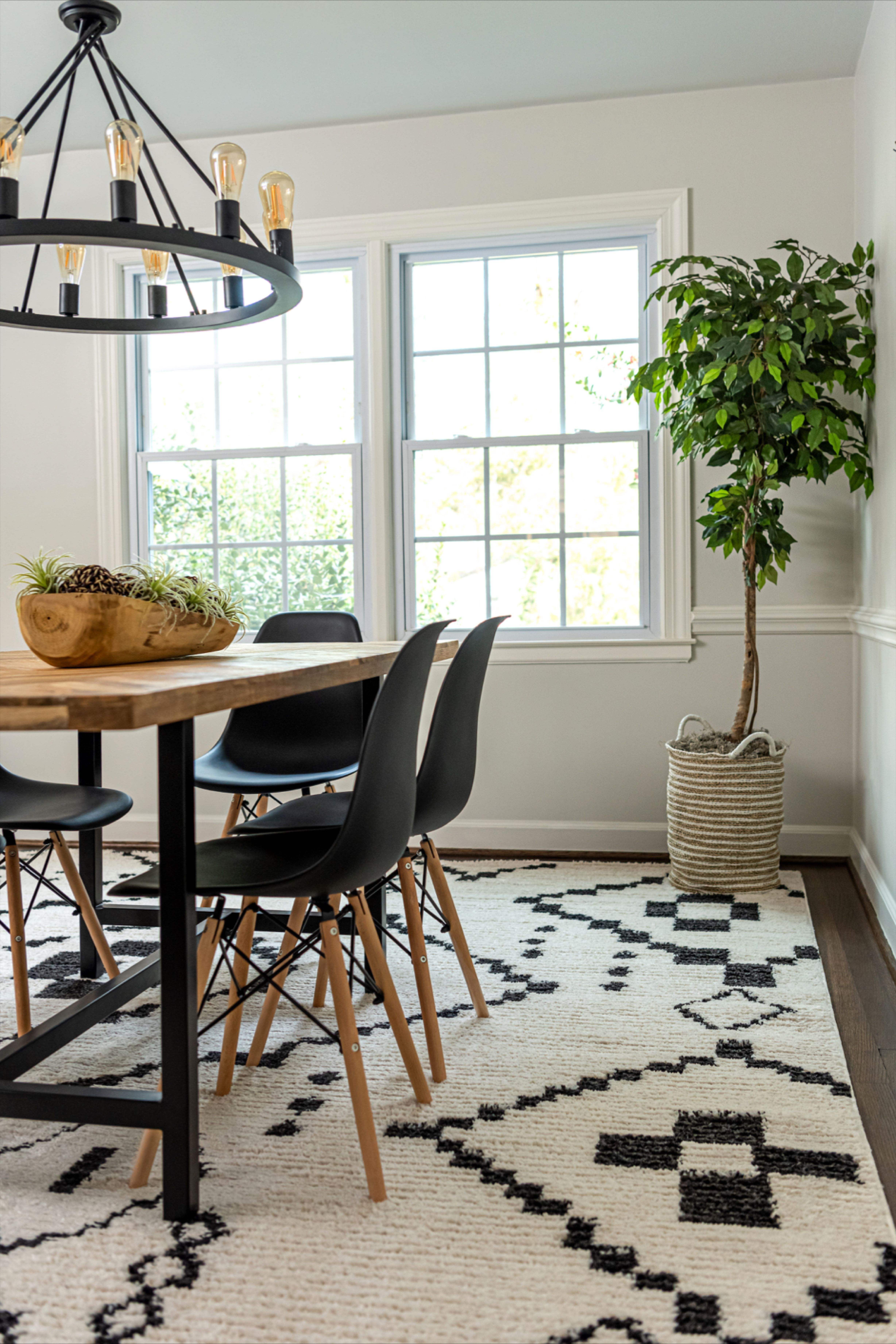 Style your home with our Morocco rug in order to create a minimal dining room decor!  #homedecor #minimaldecor #minimaldiningroom #diningroomdecor