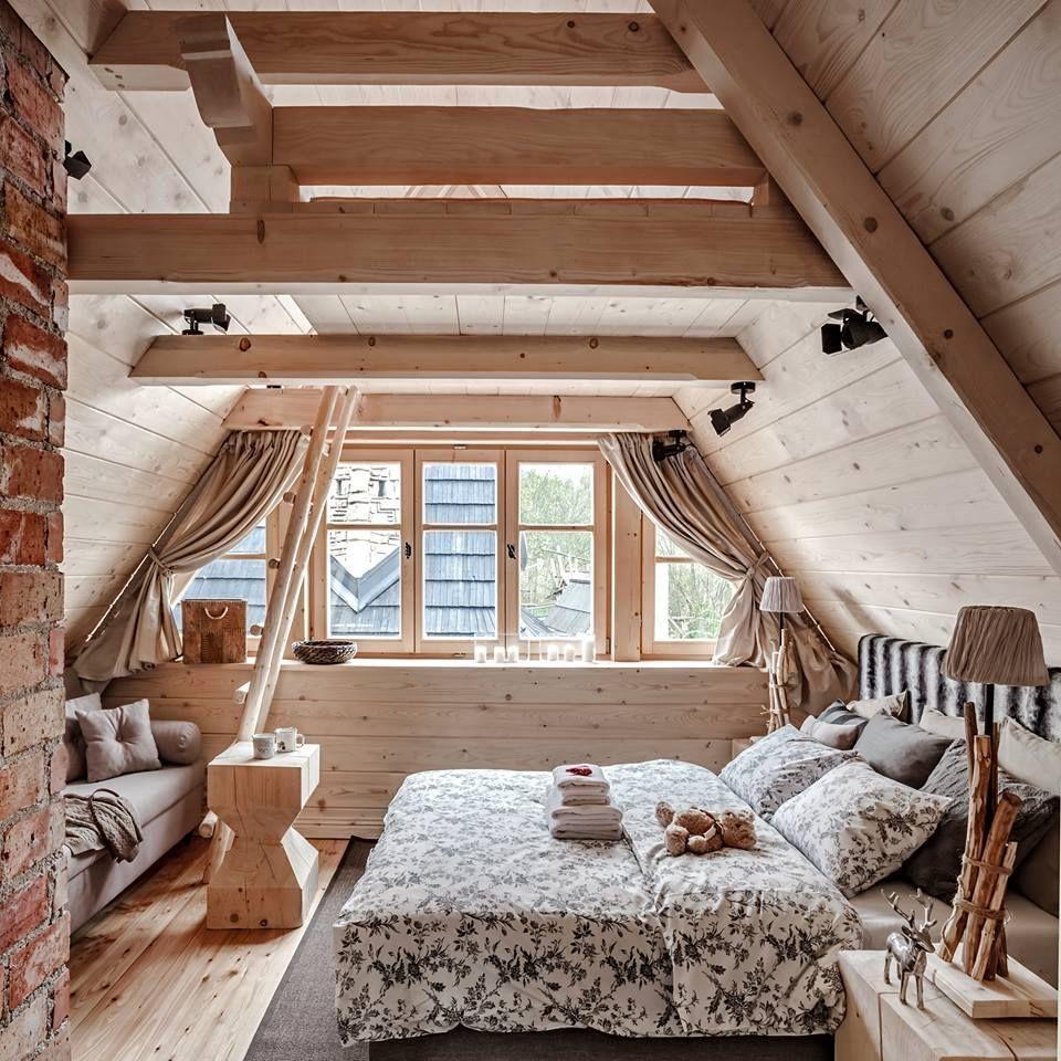 Geräumiges Schlafzimmer im Dachgeschoss mit einer Sofaecke ...