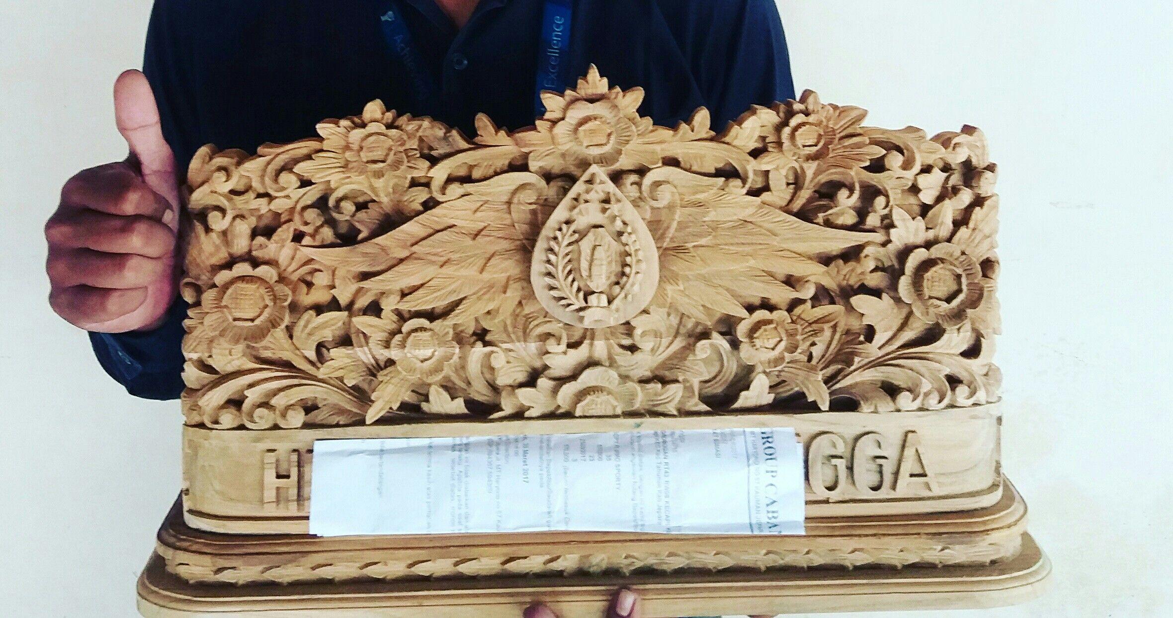 Papan nama ukir relief logo polisi Papan, Ukiran