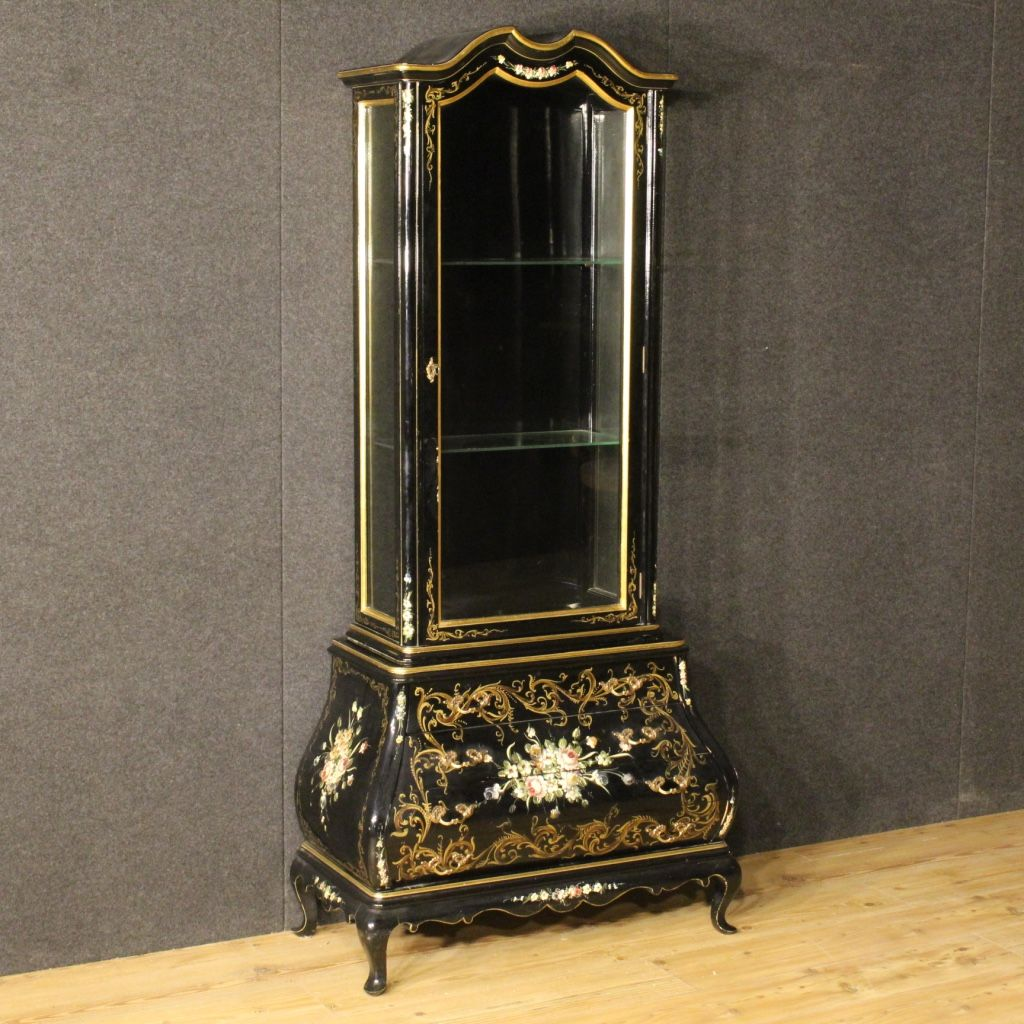 1450€ Spanish lacquered and painted showcase with floral decorations. Visit our website www.parino.it #antiques #antiquariato #furniture #lacquer #antiquities #antiquario #showcase #bookcase #vitrine #lacquered #golden #sideboard #gold #decorative #interiordesign #homedecoration #antiqueshop #antiquestore