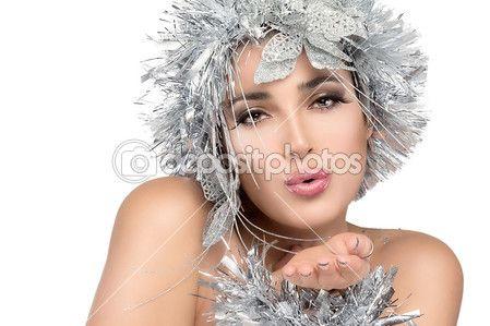 Bella ragazza di Natale con labbra sensuali e trucco festivo su sfondo bianco