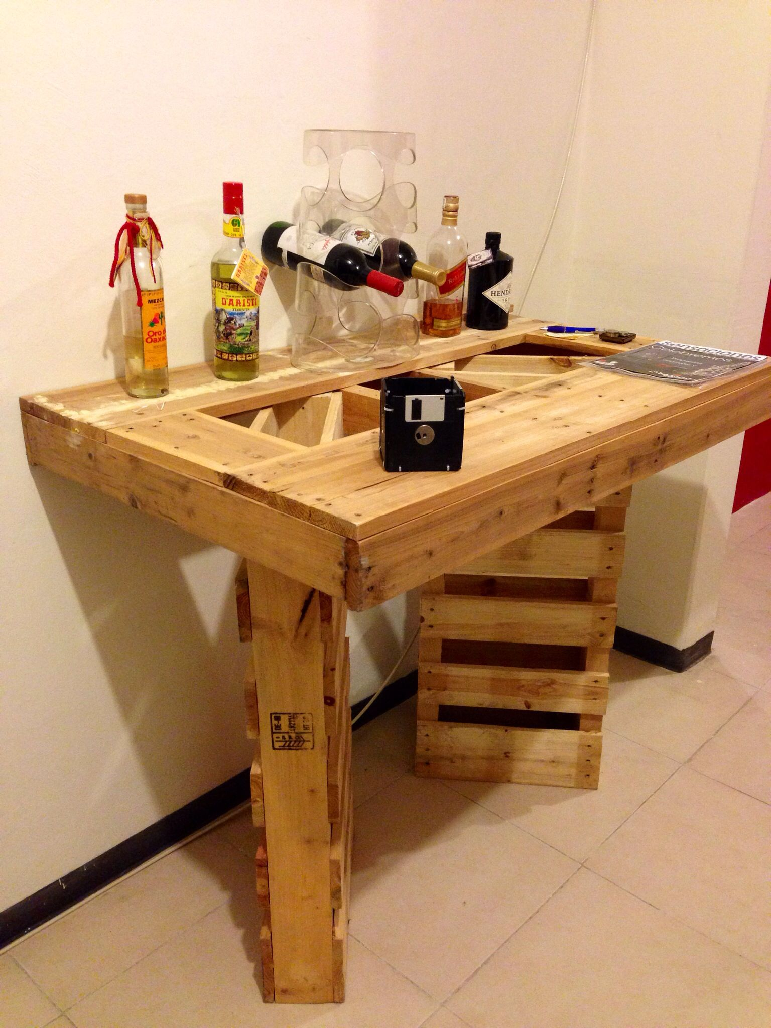 Un mini bar hecho con pallets tarimas pinterest mesa for Bar hecho en madera