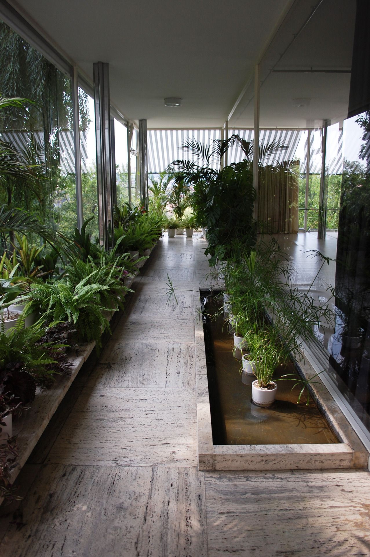The villa tugendhat in brno by ludwig mies van der rohe for Design apartment udolni brno