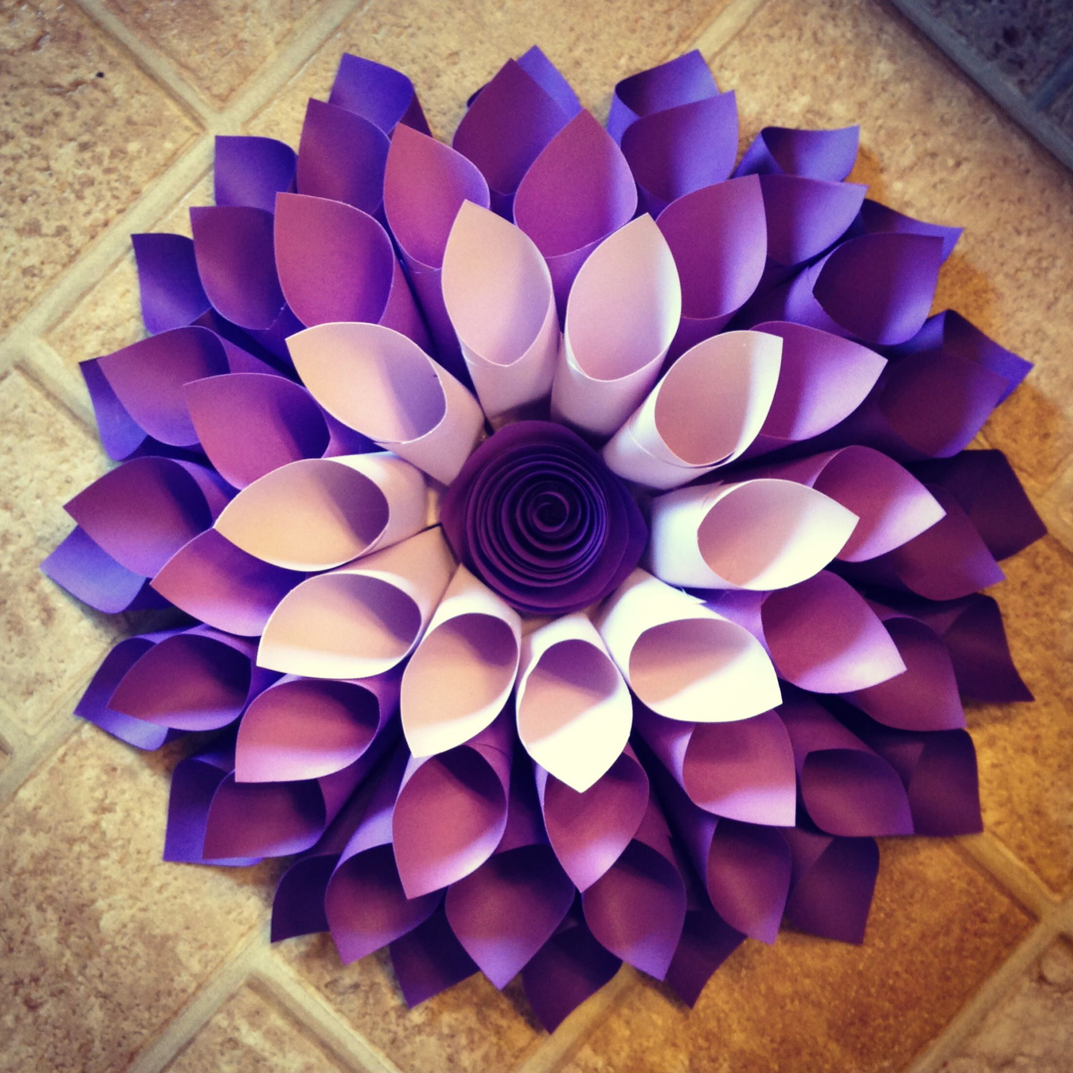 Diy paper flower wreath ruffled - Paper Dahlia Wreath I Did The Center A Little Different Than The Pin I Saw