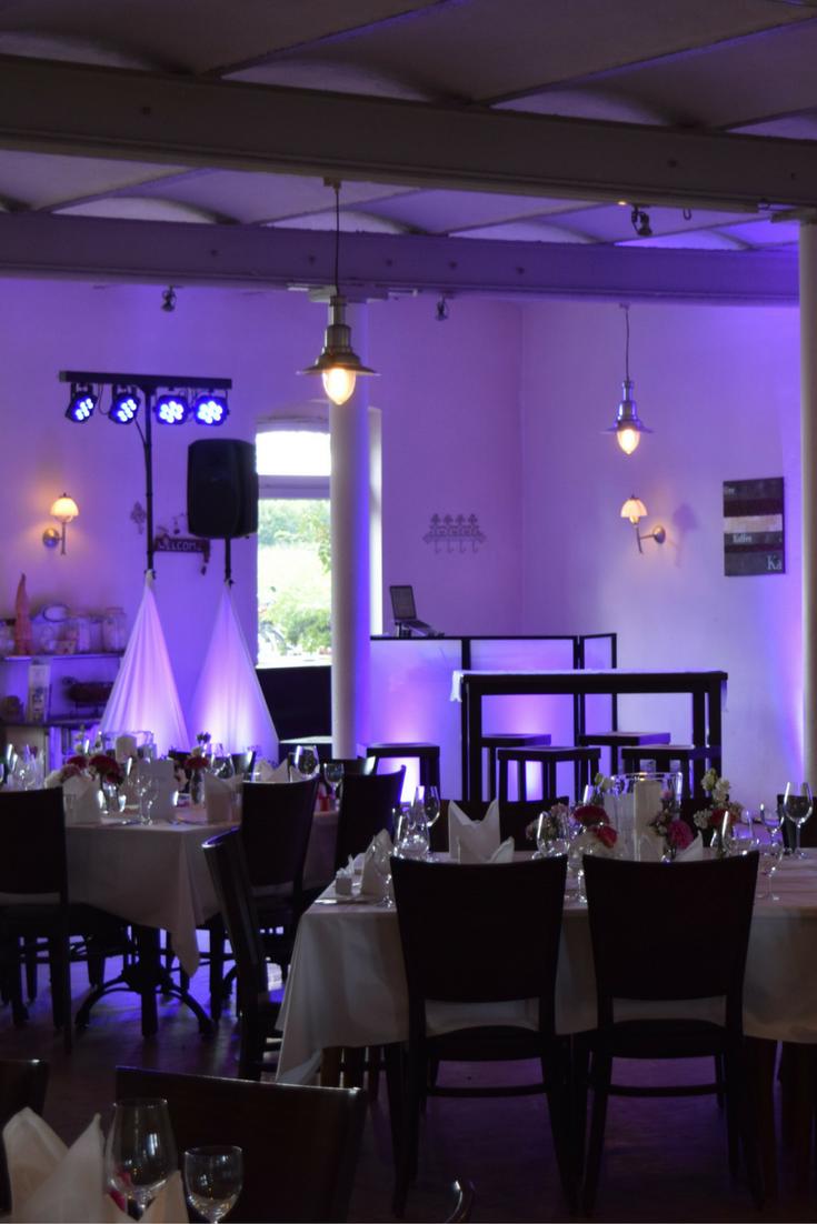 Eingedeckte Tische Im Vordergrund Und Illuminierter Dj Aufbau Im Hintergrund Auf Einer Hochzeit In Krefeld Dj Hochzeit Aufbau