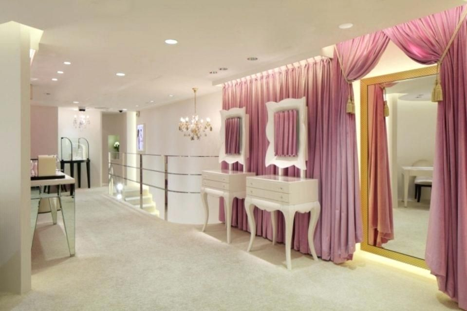 Small Jewellery Shop Interior Design Retail Ideas For Finest Store Also Boutique On Showroom Interior Design Store Design Interior Shop Interior Design