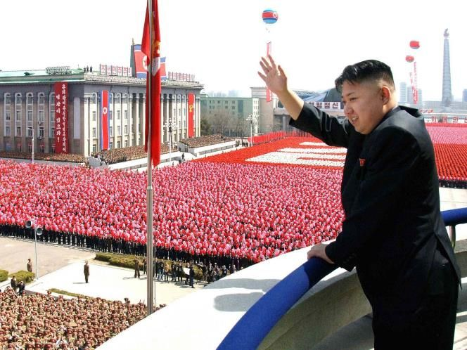 El 15 de abril de 2012, durante un desfile para conmemorar el centenario de Kim Il-sung, Kim Jong-un hizo su primer discurso público. Durante alrededor de 20 minutos, su oratoria alabó a su abuelo y se convirtó en la base de 'Adelante, hacia la victoria final', un himno propagandístico reproducido habitualmente dedicado al primer líder de la dinastía.