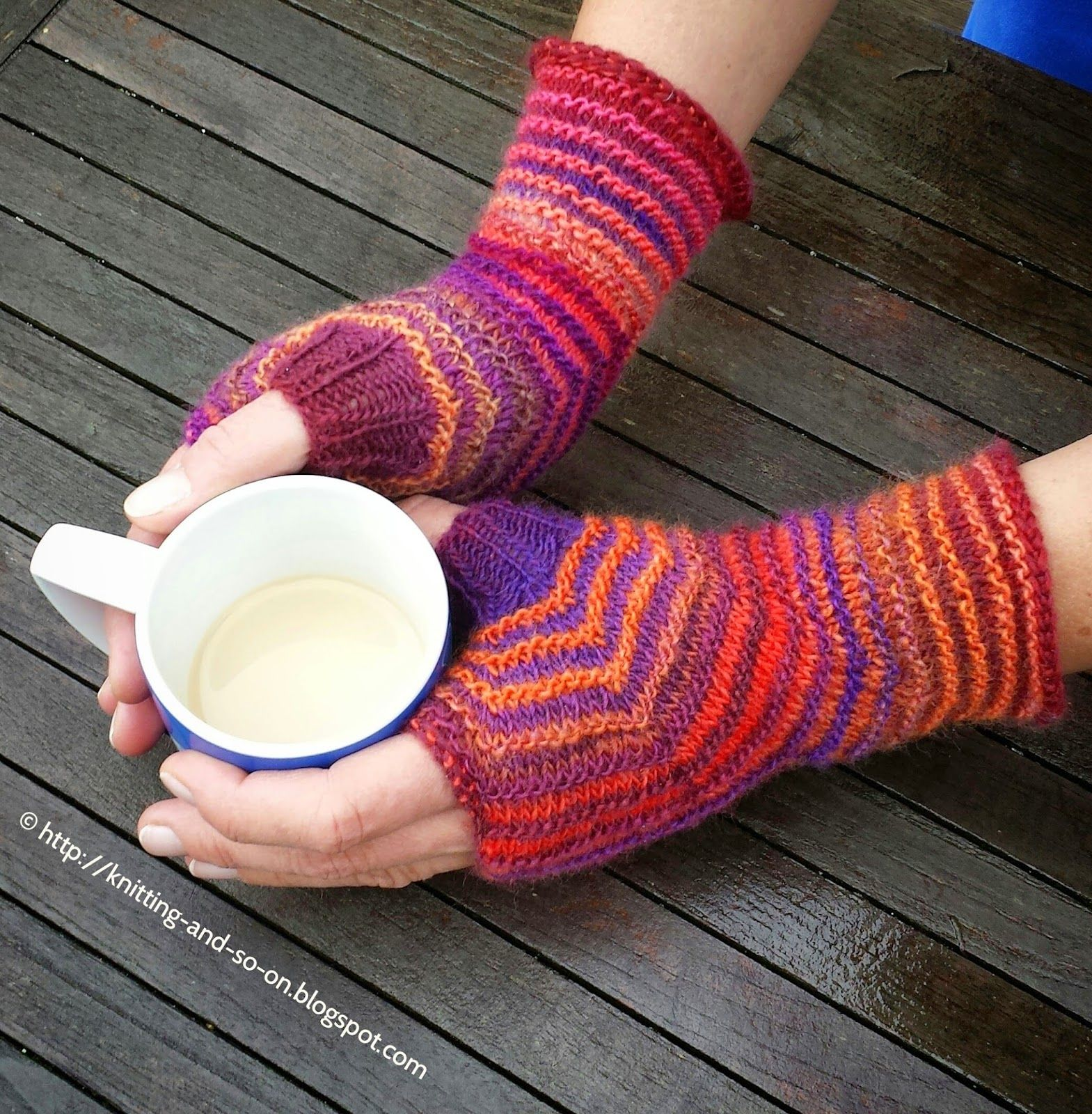 Free Knitting Pattern: Hexagon Mitts in Two Colors   Knitting ...