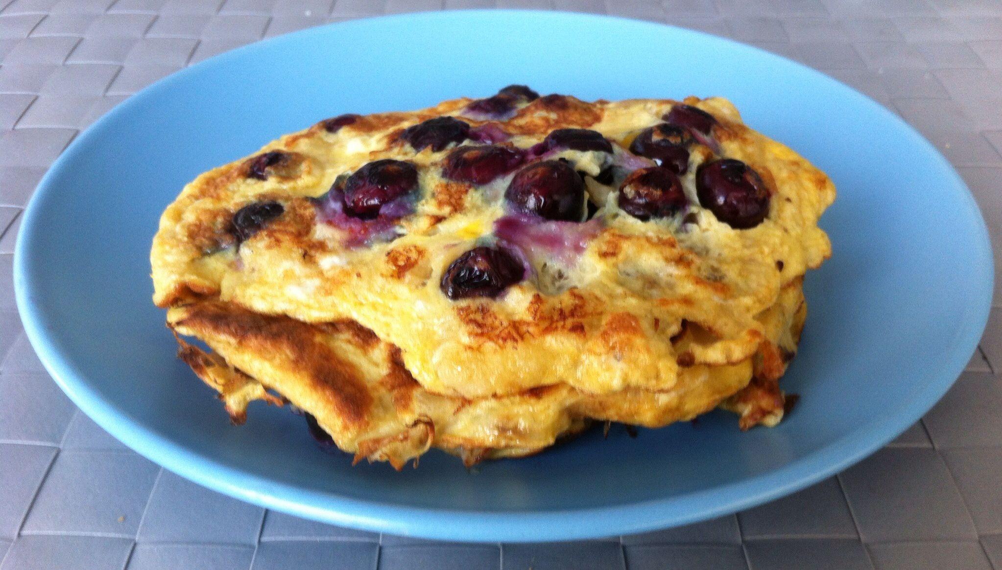 Weekendtip: banaan-bosbessenpannenkoekjes. Prak 1 grote banaan, meng met 2 eieren en een handjevol bosbessen en bak er 3 pannenkoekjes van. Smullen maar!