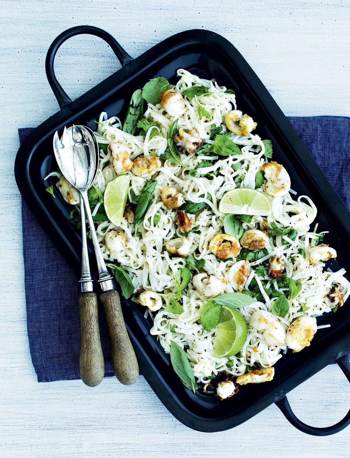 Mustekala-nuudelisalaatti | Reseptit
