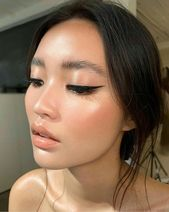 Winged Liner glänzende strahlende Haut & nackte Lippen des Liders. #form Winged L … – Simple eye makeup