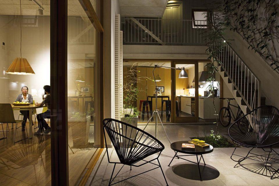 Una casa chorizo con el foco en la iluminaci n - Focos para patios ...