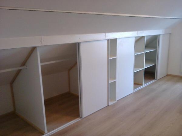 pose placards coulissant avec tag res sous pente bricolage pinterest placard sous pente. Black Bedroom Furniture Sets. Home Design Ideas