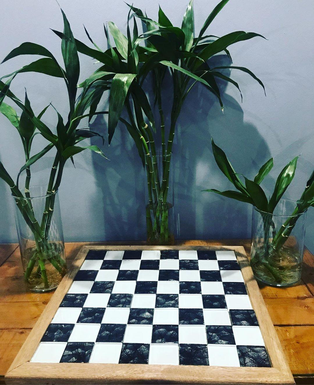 تصميم طاولة شطرنج حجم كبير ٥٠ سم للحين ما خلصت باقي لها لمسات مثل الصبغ وشغلات معينة طلبية خاصة جميلة جدا صناعة كويتية ذو جودة للطلب او الاستفسار مراسلة على ا
