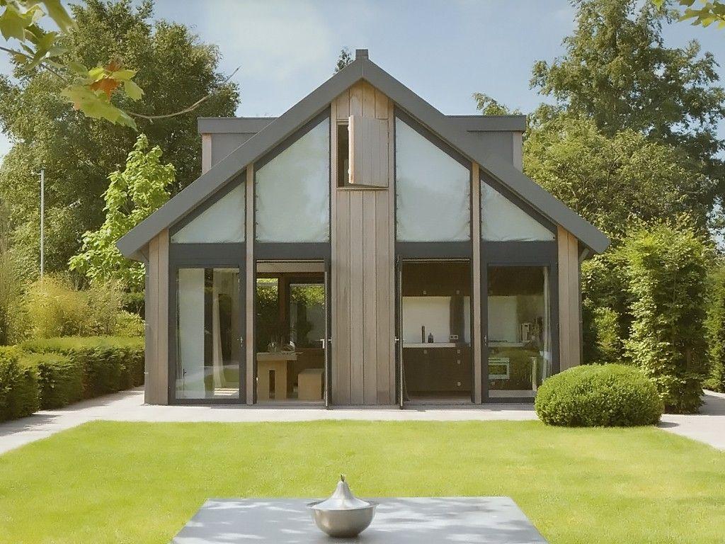 Casa com portas grandes de vidro
