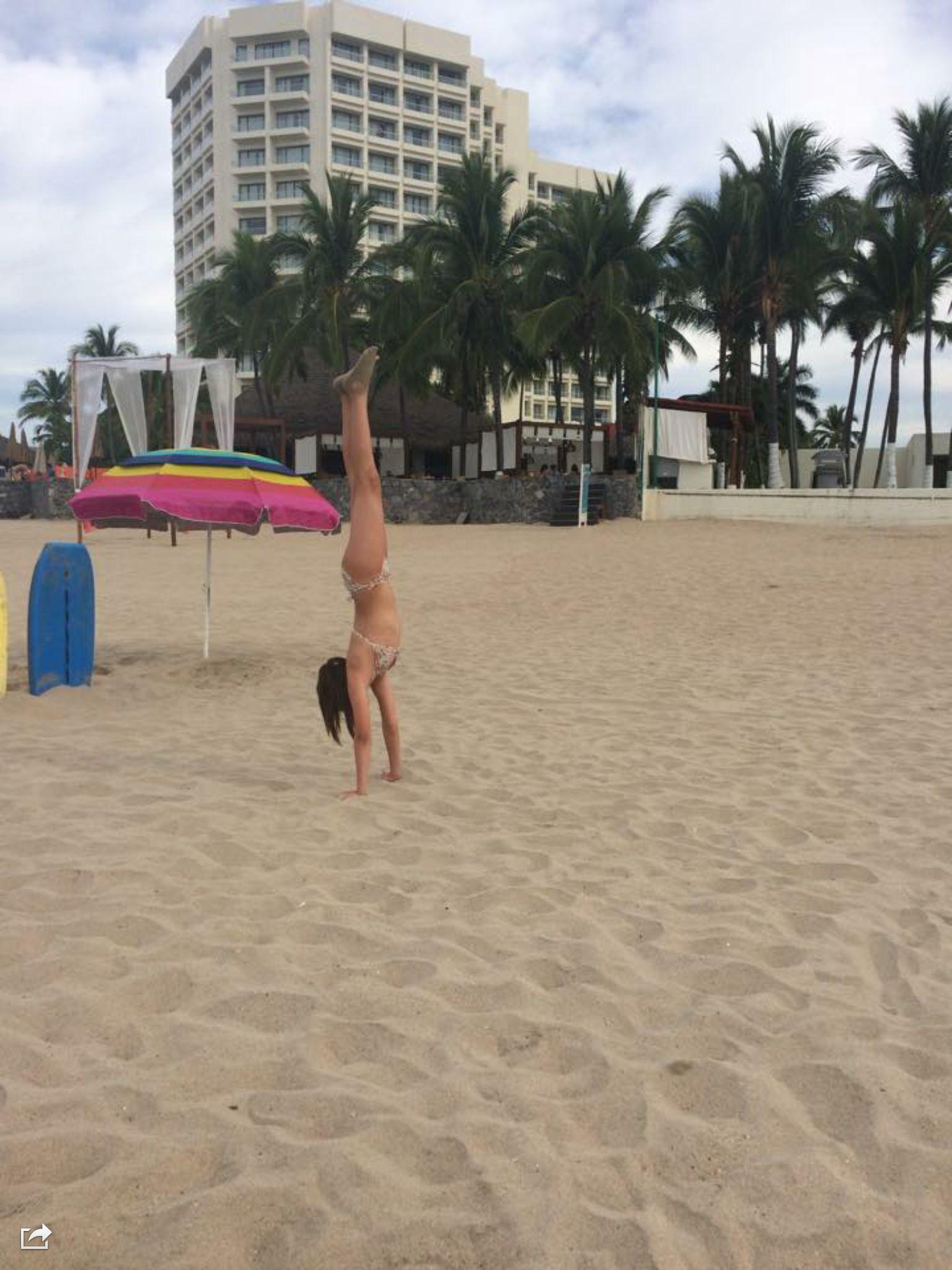 Yo haciendo parada de manos en la beach