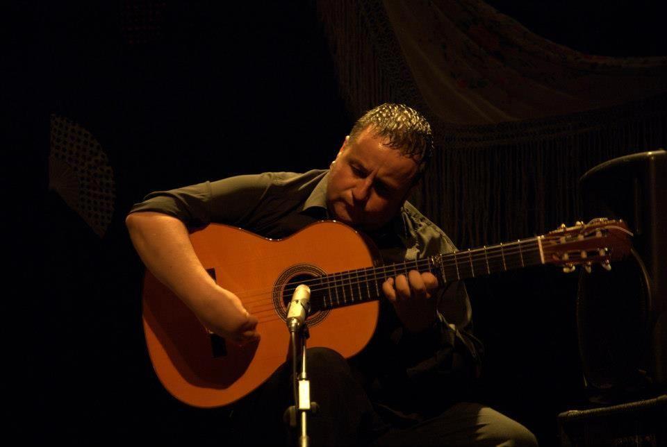 Hola Amigos En Nuestra Sección De Fotografía Flamenca De Esta Semana Hemos Elegido Esta De Un Gran Maestro Del Toque Flamen Guitarras Actuacion Fotografia