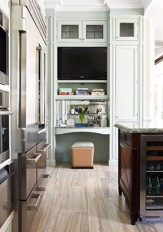 The Perfect Place To Have A Tv And To Write Some Errands Notice The Symmetry Of The Cabinets And The Design Beautiful Kitchens Kitchen Remodel Kitchen Design