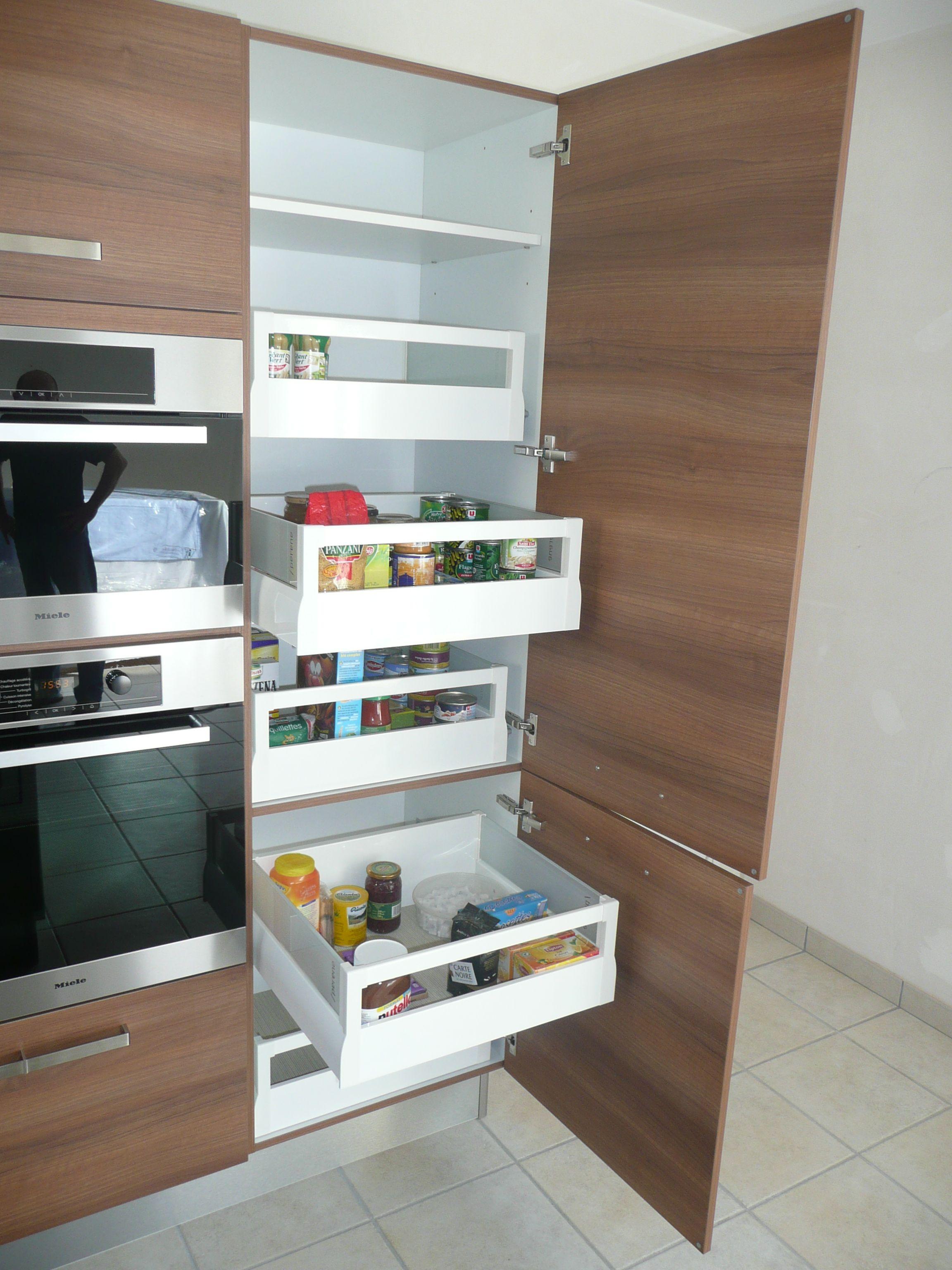 tiroirs coulissants pour rangement de l 39 alimentaire dans un meuble colonne de cuisine cuisine. Black Bedroom Furniture Sets. Home Design Ideas