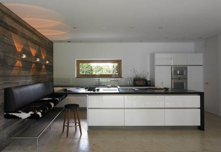 Moderne hochglanzküche mit weißen fronten und schwarzer arbeitsplatte