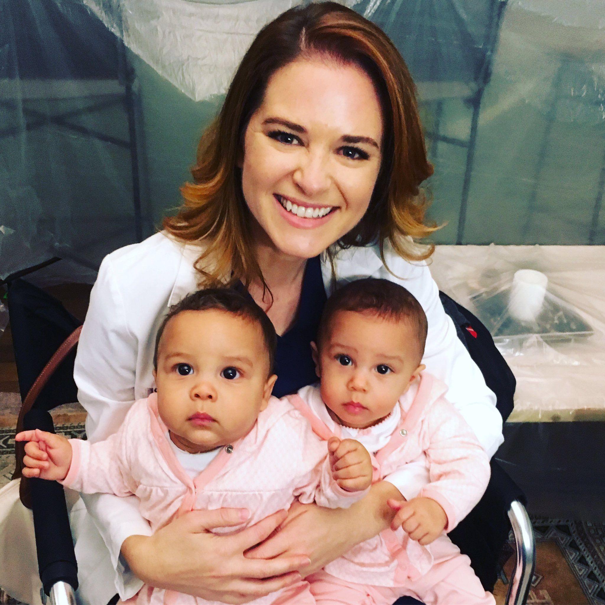 April With The Twins That Plays Harriet Her And Jackson S Baby Anatomia De Grey Anatomia Grey S Anatomy