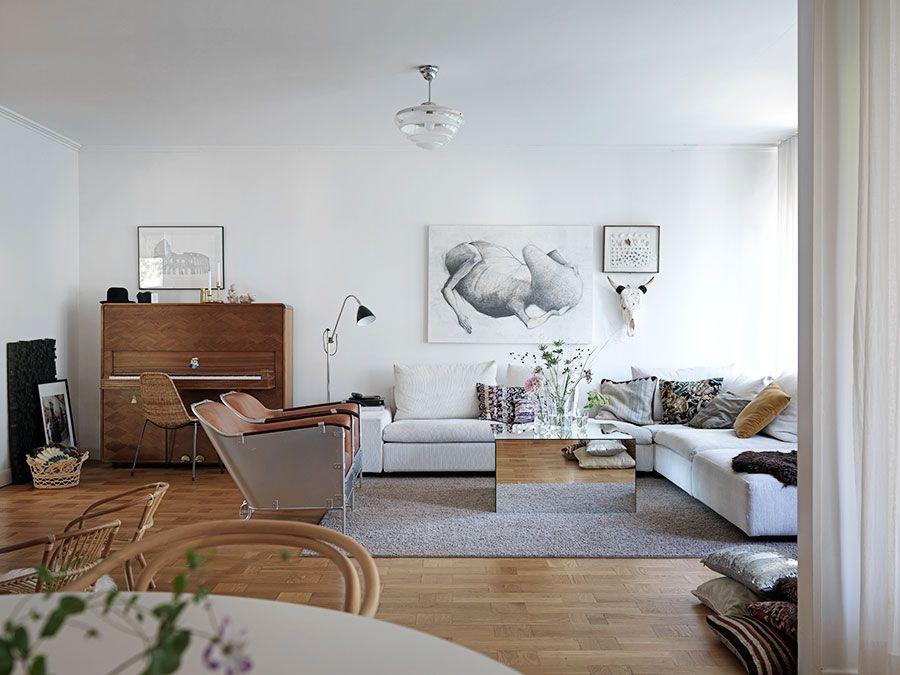 """Det hopfällbara pianot är en av Sofijas nätjaktstroféer. Det är formgivet av Sigvard Bernadotte och Dag Ribbing till Svenska Amerikalinjens fartyg m/s Kungsholm i början av 1930-talet. Tavlan ovanför soffan och skulpturerna på pianot är båda gjorda av Ralf Borselius. """"Jag gillar att man inte kan bestämma sig om den är gullig eller äcklig!"""" Soffa från Eilersen, spegelbordet är ett eget """"hittepå-bord"""" som ett snickeri i Sollentuna fick realisera, fåtöljerna är Mats Theselius Rex, Källemo…"""