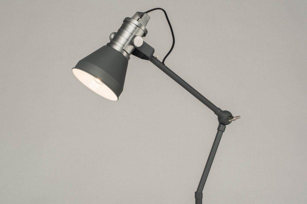 Stoere staande leeslamp van ruig smeedijzer en koper