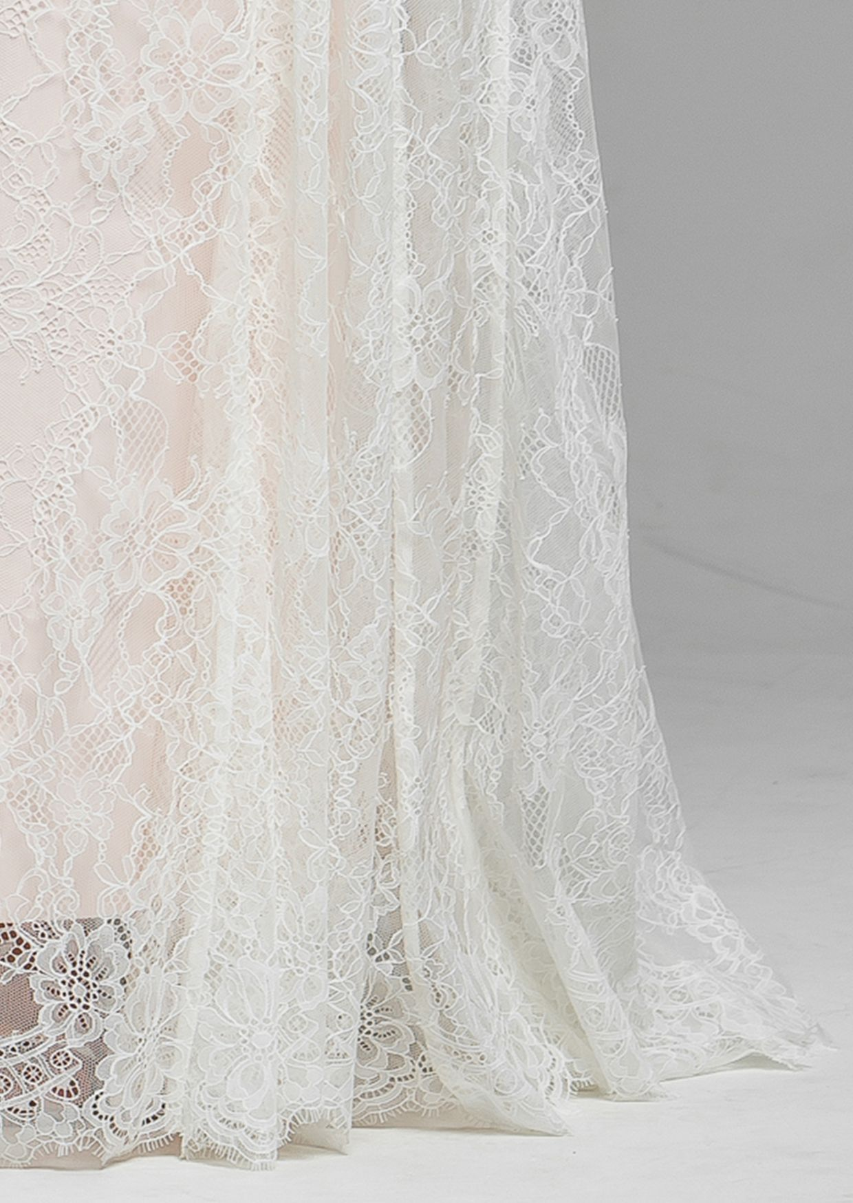 Beautifully fitted this wedding dress defines your figure. Using only the finest French & Italian lace.