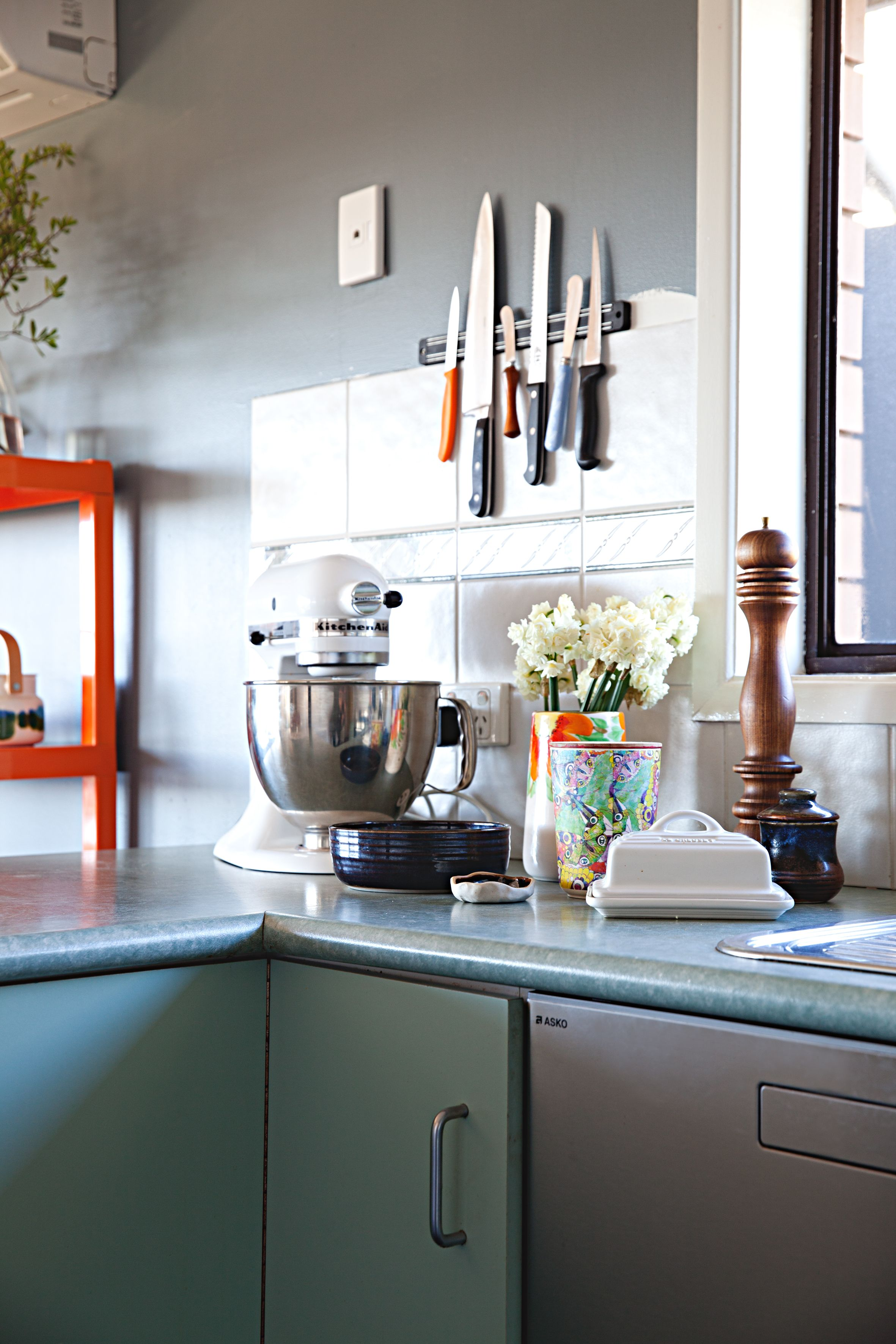 Paint colors that match this Apartment Therapy photo SW 0003