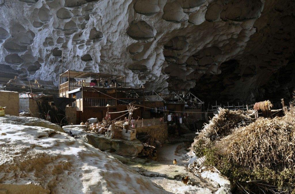 10張照片帶你一窺長年與世隔絕「住了20戶人家」的中國最後傳統穴居部落,#6山洞裡居然還有籃球場!% 照片