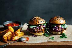 Ein rauchiger Burger mit Pflaumen-Rum-Sauce und Rotkohlsalat.