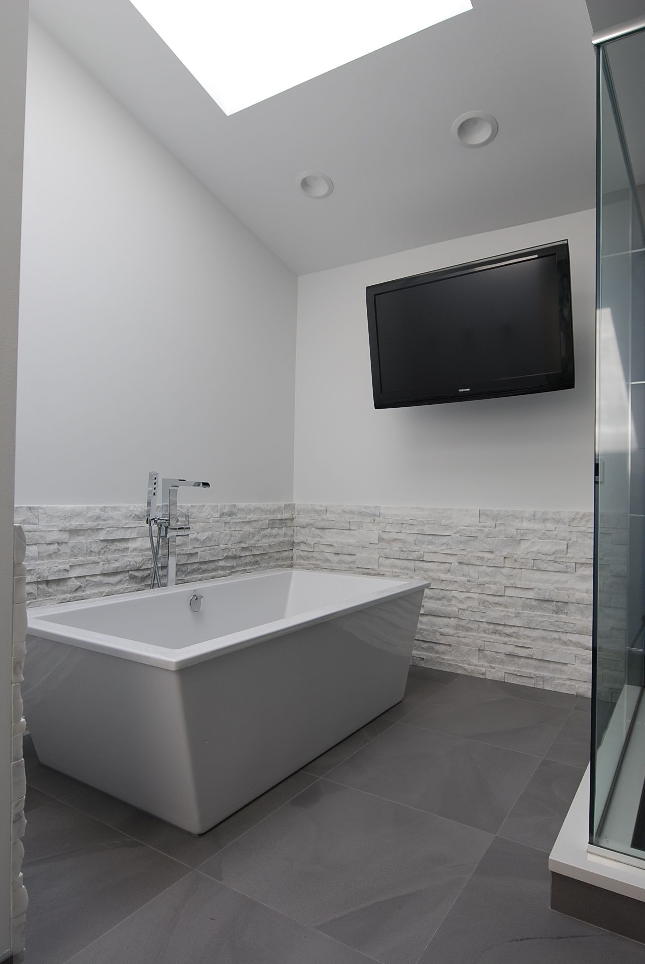 Free Standing Tub With Tv Mounted On Wall Grey White Contemporary Bathroom Modern Master Bathroom White S Modern Master Bathroom Tv In Bathroom Modern Tub