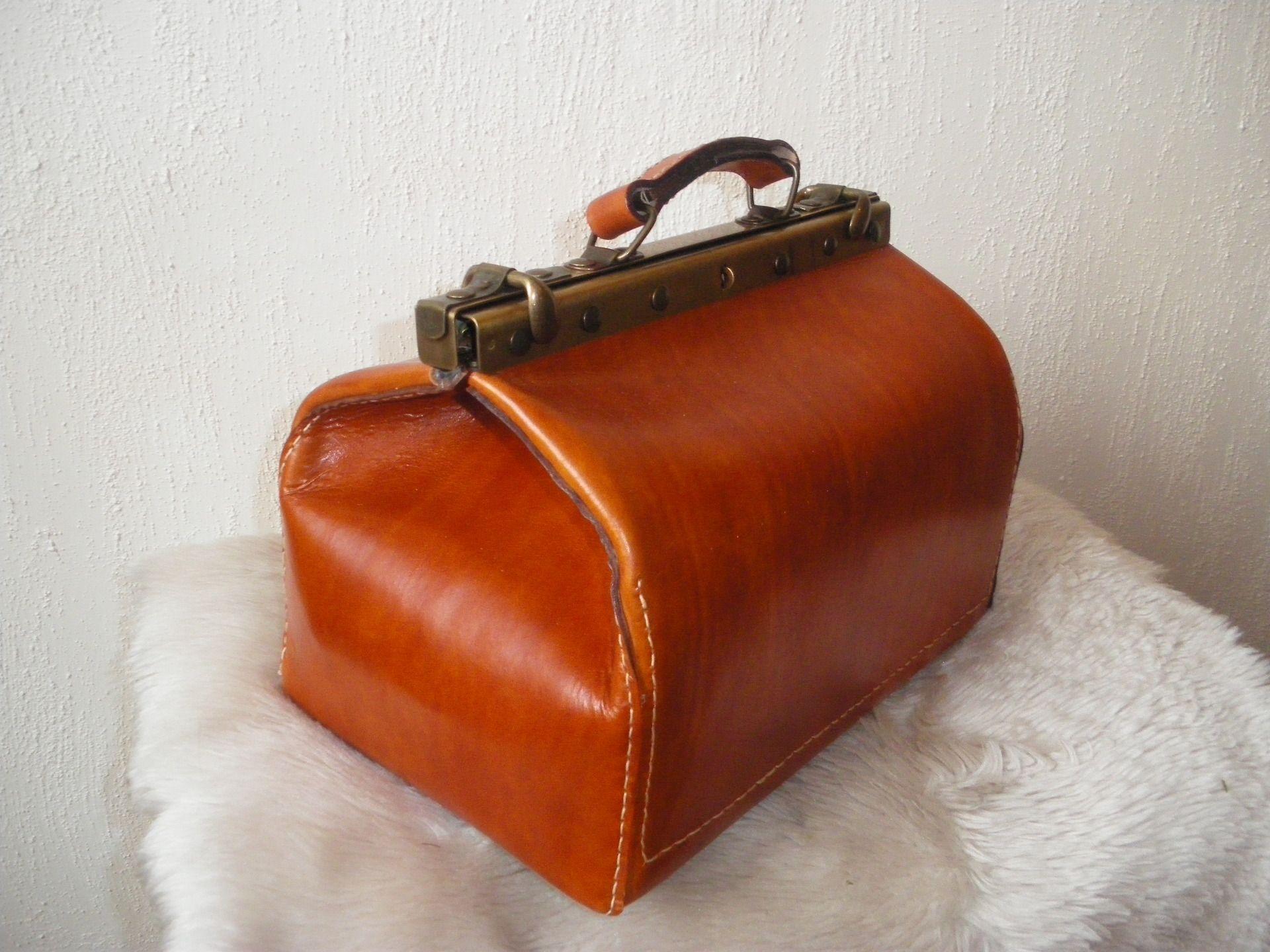 malle de voyage cuir style vintage autres sacs par la vitrine du cuir le sac de ma vie. Black Bedroom Furniture Sets. Home Design Ideas