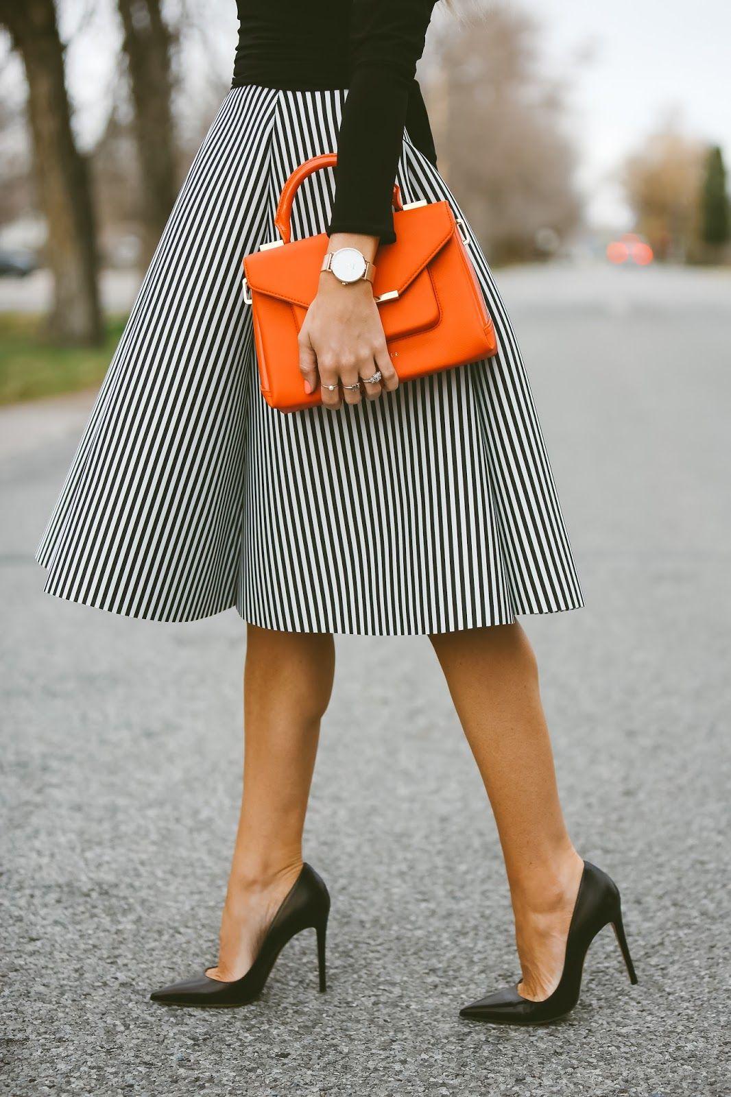 lineas verticales blusa negra y un bolso anaranjado  9aa370ee7544