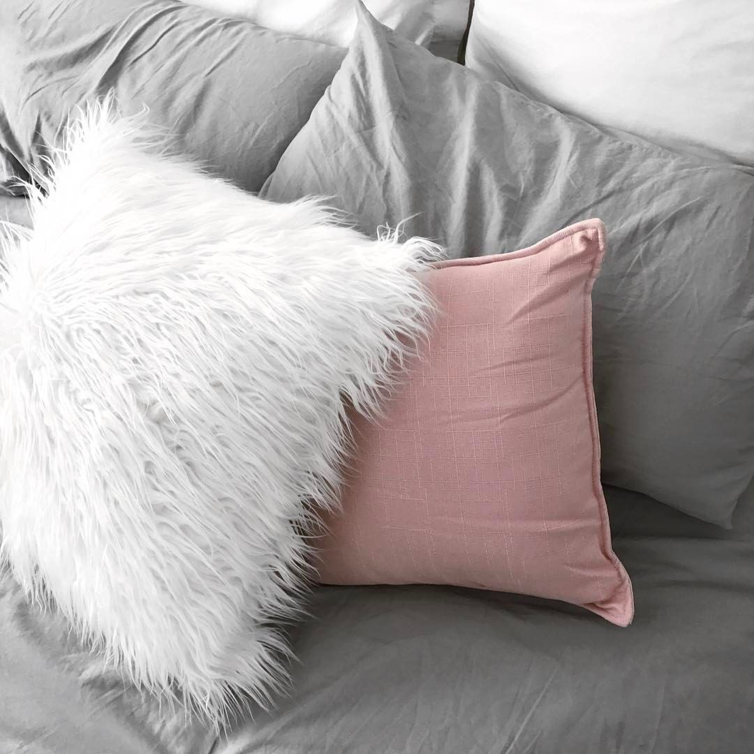 Bed pillow styling | Fluffy white cushion, pink textured ...