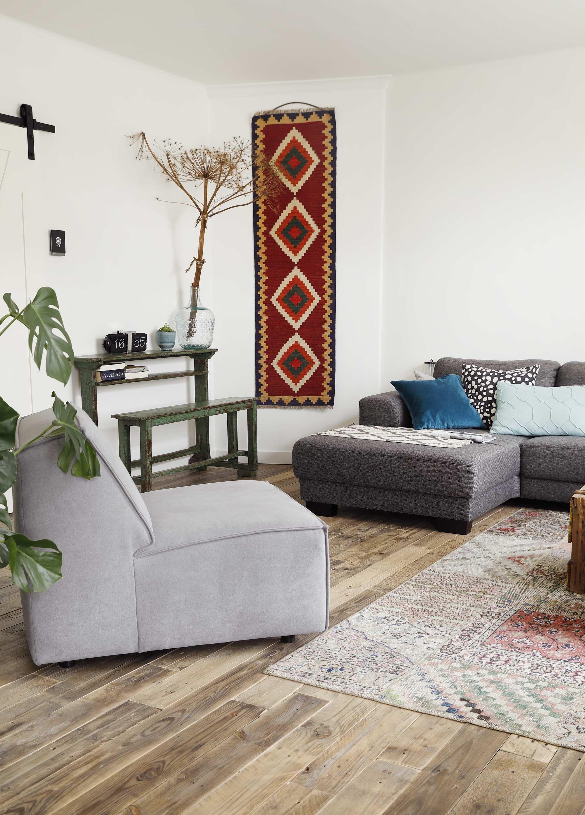 Woonkamer met grijs interieur en een rood muurkleed | Living room ...