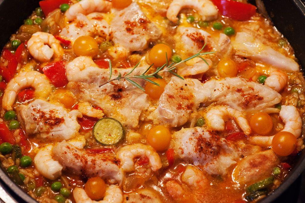 paella rezept mit hühnchen fisch und garnelen paella