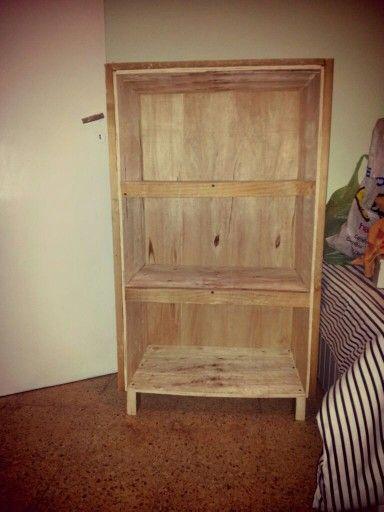 Mueble hecho con pallets y madera prensada   Mueble con estantes ...