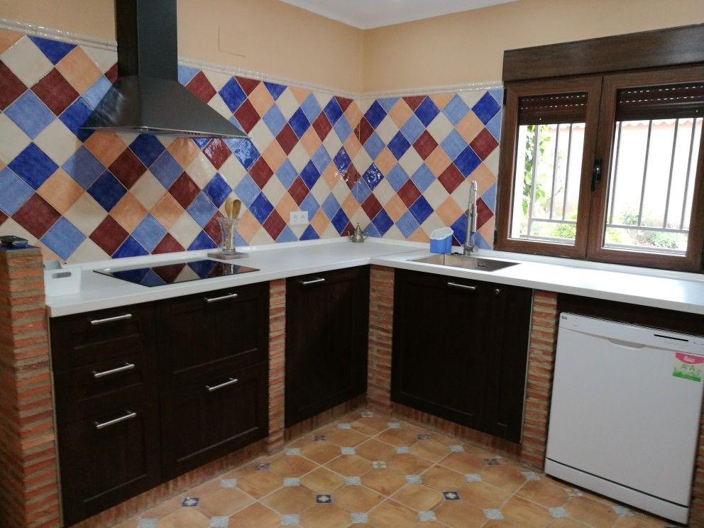Cocina rústica con muros de separación de ladrillo y azulejos de