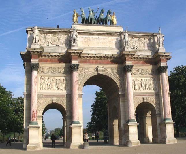 Arc de Triomphe du Carrousel A diadalív magassága 19,5 méter magas, szélessége 22,9 méter, vastagsága pedig 7,3 méter. A középső kapu 6,4 méter magas és 2,7 méter széles, míg a két oldalsó ív magassága mintegy 4,5 méter.