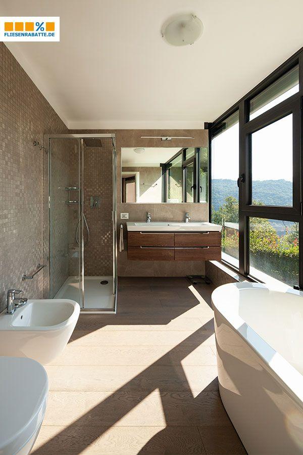 Ein modernes #Badezimmer mit #Bodenfliesen in #Holzoptik ...