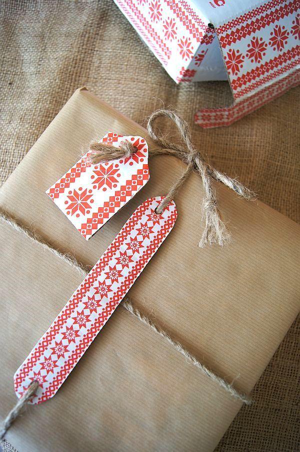 """Joulukuun ensimmäinen ja lahjoja pakataan sen minkä """"paja"""" eteen tuo. Koristelaatikosta löytyi vanhojen lahjanarujen pätkiä siististi keritt..."""