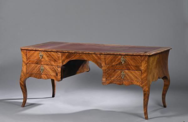 Grand bureau plat en placage de bois de violette ouvrant à quatre