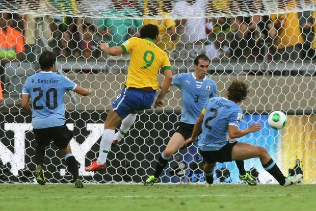 Fred scores the first goal for Brazil, Brazil 2 x 1 Uruguay