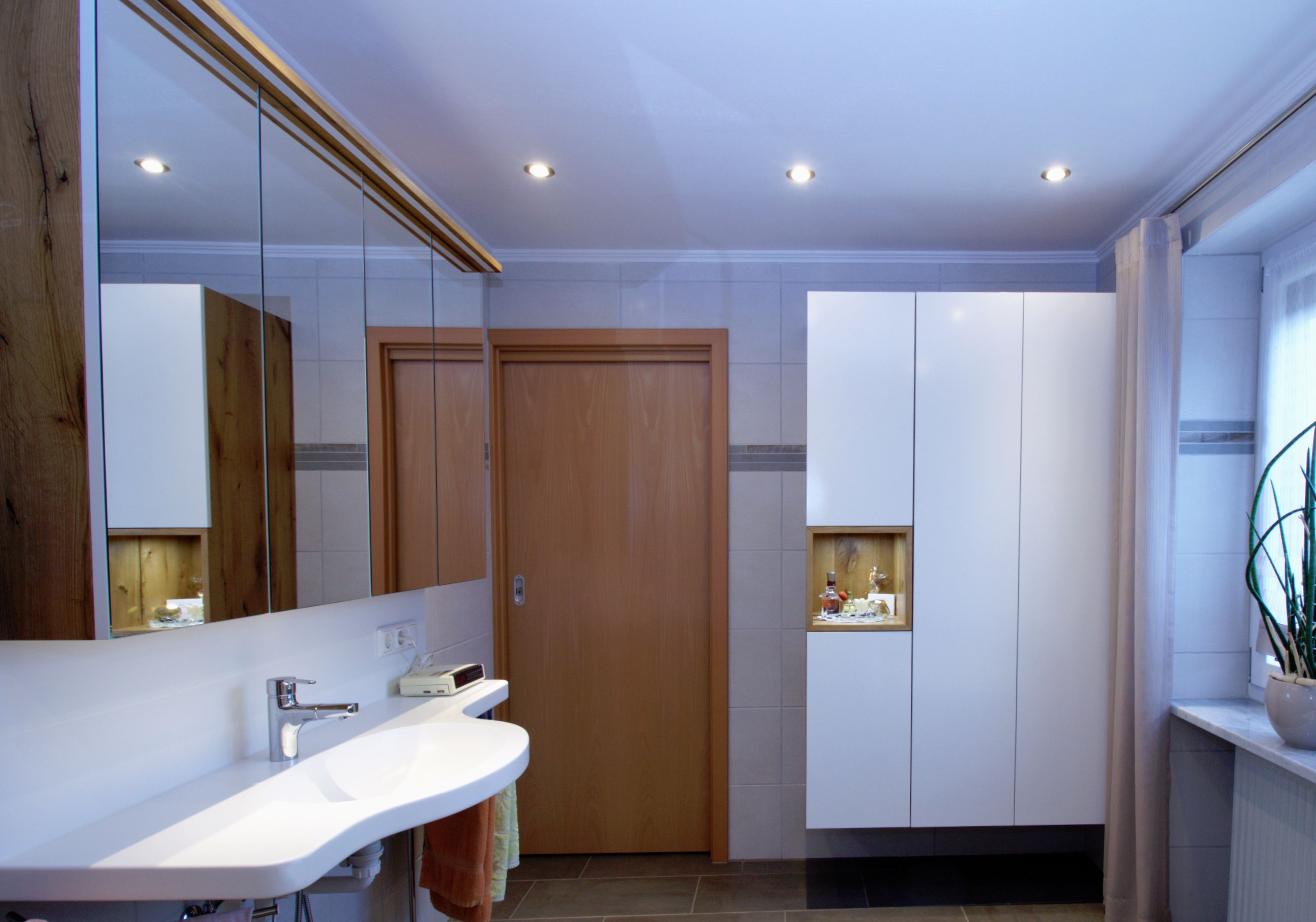 Waschisch Aus Corian Spiegelschrank Mit Led Beleuchtung Badschrank Mit Dekorativer Nische Badezimmer Spiegelschrank Badschrank