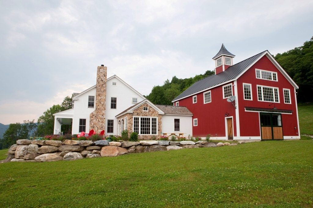 A Post Beam Carriage House In Vermont Yankee Barn Homes Farmhouse Architecture Farmhouse Exterior