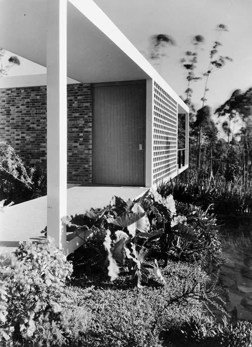 a residência no morumbi, de oswaldo bratke, é um dos clássicos da arquitetura brasileira. projetada em 1951, é composta de eixos longitudinais. http://bamboo-studio.tumblr.com/